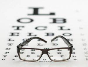 paire de lunettes sur un tableau d'ophtalmologiste